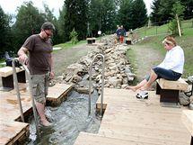 Balneopark zásobuje umělý potůček přebytečnou vodou z místní vodárny.