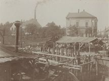 Stavba železobetonového mostu v roce 1903.