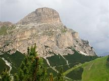 Stačí vyjít na severní okraj Colfosca a můžete se kochat krásou zdejších vrcholů