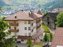 Současné Colfosco citlivě snoubí novostavby hotelů s původní vesnickou architekturou selských stavení