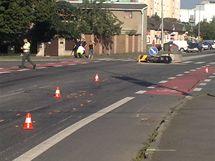 Motorkář vjel pod kola dodávky, je vážně zraněný.