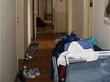 Mezi společné prostory patří kuchyň, obývák a koupelny, o něž se dělí vždy dva až tři pokoje