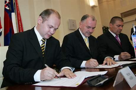 Podpis koaliční smlouvy mezi ČSSD a KDU-ČSL (Michal Hašek, Stanislav Juránek a Václav Horák)