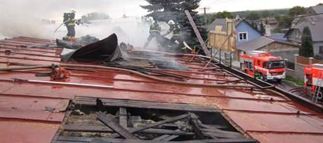 Požár prodejnu potravin zcela zničil.