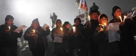 Příbuzní 33 zavalených horníků při modlitbě nad měděným dolem San José. (30. srpna 2010)