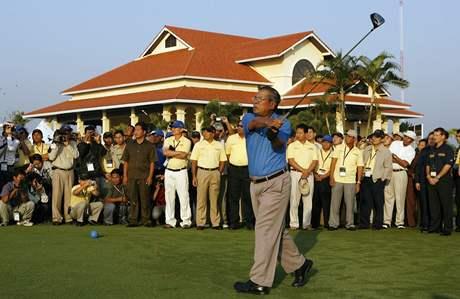 Ministerský předseda Kambodže Hun Sen při slavnostním odpalu Johnnie Walker Cambodia Championship.