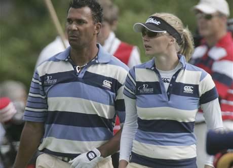 Ruud Gullitt a Jodie Kiddová na golfovém turnaji All Star Cup v Celtic Manor Resortu, dějišti Ryder Cupu 2010.