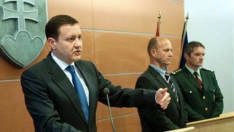Slovenský ministr vnitra Daniel Lipšic (vlevo), policejní prezident Jaroslav Spišiak (uprostřed) a krajský policejní šéf Csaba Faragó hovoří o šíleném střelci z bratislavské čtvrti Devínská Nová Ves. (31. srpna 2010)