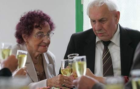 Devadesátiletá Marie Kusalová a sedmdesátiletý Josef Jindra z domova důchodců v Onšově slavili svatbu.