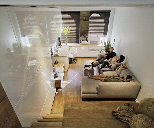V centrální obytné �ásti je bíle lakovaný nábytek. Malý byt v New Yorku má