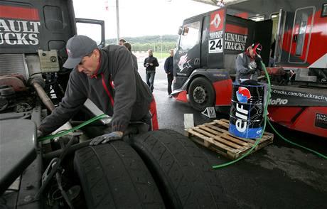 Doplnění paliva a výměna mokrých pneumatik za suché.