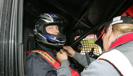 S upevněním helmy musel pomoct technik.
