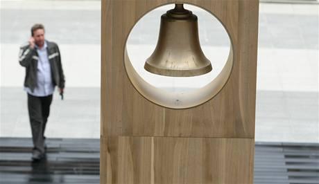 Zvony se při zkoušce ukázaly jako příliš hlučné, proto je technici ztlumí. Kvůli tomu začne zvonička fungovat až za dva týdny.