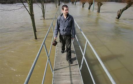 Rozlitá Orlice zatopila louky a silnici u Třebechovic. (31. března 2006)