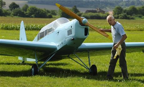 """""""Na svou dobu se jednalo o velice pokrokové letadlo. Je spolehlivé a létá lacino,"""" řekl Miroslav Rakušan z Kroměříže o svém letadélku Zlín - XII"""