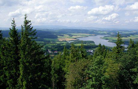 Vyhlídka z rozhledny na Velkém Roudném. Výhled na vodní nádrž Slezská Harta a masiv Hrubého Jeseníku