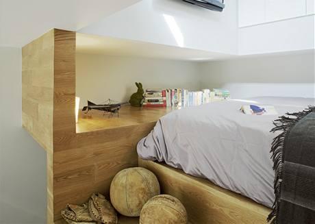 Pod spacím patrem je umístěná kuchyňka, úložné prostory a koupelna s toaletou