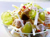 Kuřecí salát se zeleninou a ovocem.