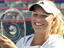 Caroline Wozniacká s trofejí za triumf na turnaji v Montrealu 2010