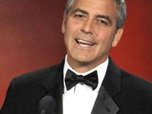 Moder�tor cen Emmy George Clooney z�skal za sv� humanit�rn� �sil� cenu Bob Hope Humanitarian Award (29. srpna 2010)