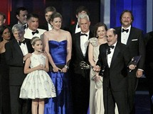 Producent Matthew Weiner s t�mem seri�lu Mad Men p�i ud�len� cen Emmy (29. sprna 2010)