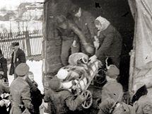 Na dobovém snímku opouštějí němečtí obyvatelé Jesenicko v roce 1946.