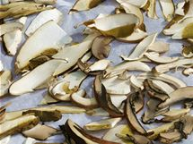 Z pe��c�ho pap�ru usu�en� houby jednodu�e seberete, ani� by se nalepily na plech