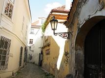 Na rohu ulice Stříbrné. Křivolaké uličky s lucernami v okolí Anenského náměstí si dnes uchovávají svoji tajemnost
