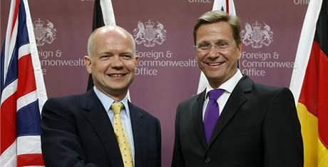 Britský šéf diplomacie William Hague (vlevo) a jeho německý protějšek Guido Westerwelle