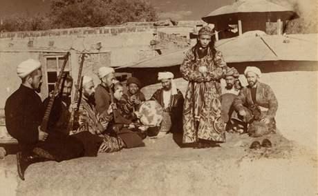Bačabazi na snímku Sergeje Prokudin-Gorského ze začátku 20. století
