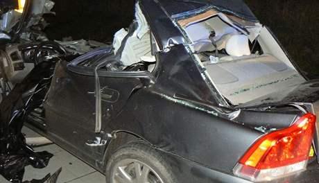 Vrak volva, ve kterém se zabila cizinka po nárazu do kamionu na dálnici D5 (1.9.2010)