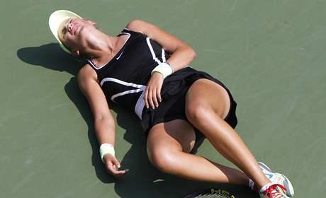 Běloruská tenistka Victoria Azarenková kolabuje na US Open během zápasu 2. kola