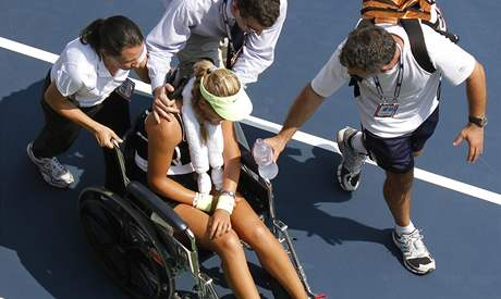 Běloruská tenistka Victoria Azarenková opouští kurt na vozíku poté, co během duelu 2. kola US Open zkolabovala
