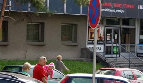 Situace s parkováním u Dětské nemoccnice v Brně je podle rodičů katastrofální, na Helfertově ulici lze podle nich navíc snadno přehlédnout značku zákaz stání.