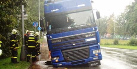 V Ostravě deště podemlely chodník, propadl se do něj kamion.