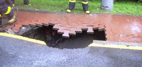 Do vodou podemletého chodníku se v Ostravě propadl kamion.