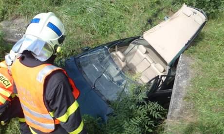 Hasiči museli vyprostit z koryta nejdříve zraněného řidiče a poté i jeho vozidlo.