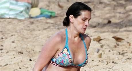 Herečka Julia Robertsová dováděla na havajské pláži.