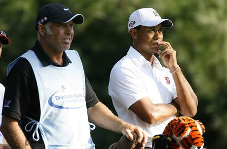 Tiger Woods se svým caddiem Stevem Williamsem, Deutsche Bank Championship, 2. kolo