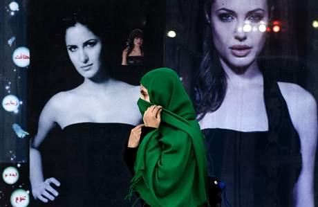 Afghánka prochází v Kábulu kolem výlohy s Angelinou Jolie