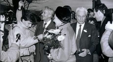 Přivítání Tomáše Bati ml. ve Zlíně roku 1989 se účastnil také cestovatel Miroslav Zikmund.