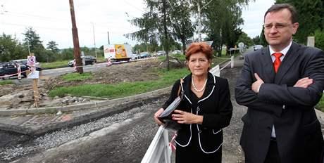 Premiér Petr Nečas a zlínská primátorka Irena Ondrová si prohlížejí opravu silnice ze Zlína do Otrokovic.