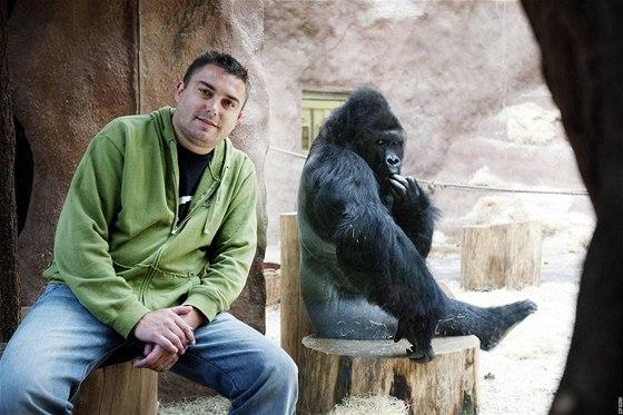 Marek Žďánský v pavilonu goril pražské zoo. Za sklem Richard