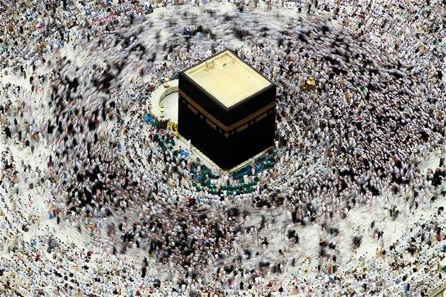 Desetitisíce muslim� se v Mekce shromá�dily kolem posvátné Kaaby.