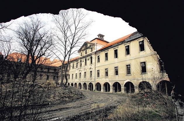 Chátrající zámek Bu�t�hrad na Kladensku