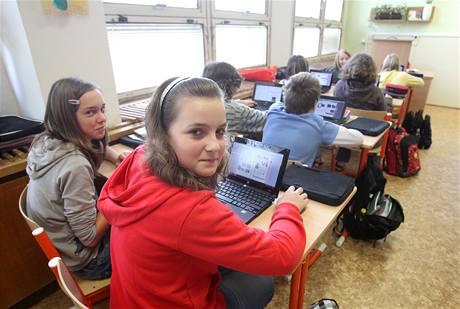 Děti v Kutné Hoře mají místo učebnic netbooky.