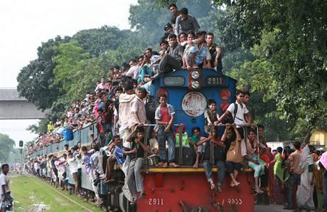 Stovky muslim� v Banglad�i obsypaly na cest� za p��buzn�mi p�i p��le�itosti konce postn�ho m�s�ce Ramad�n