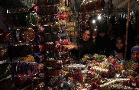 Muslimka nakupuje v indickém Hajdarábádu na oslavu svátku íd al-fitr barevné ozdoby