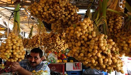 Palestinsk� prodava� nab�z� sv� pochoutky v p�edve�er sv�tku �d al-fitr