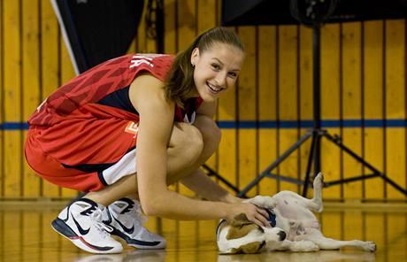 Česká reprezentantka Kateřina Elhotová během focení reklamního spotu.